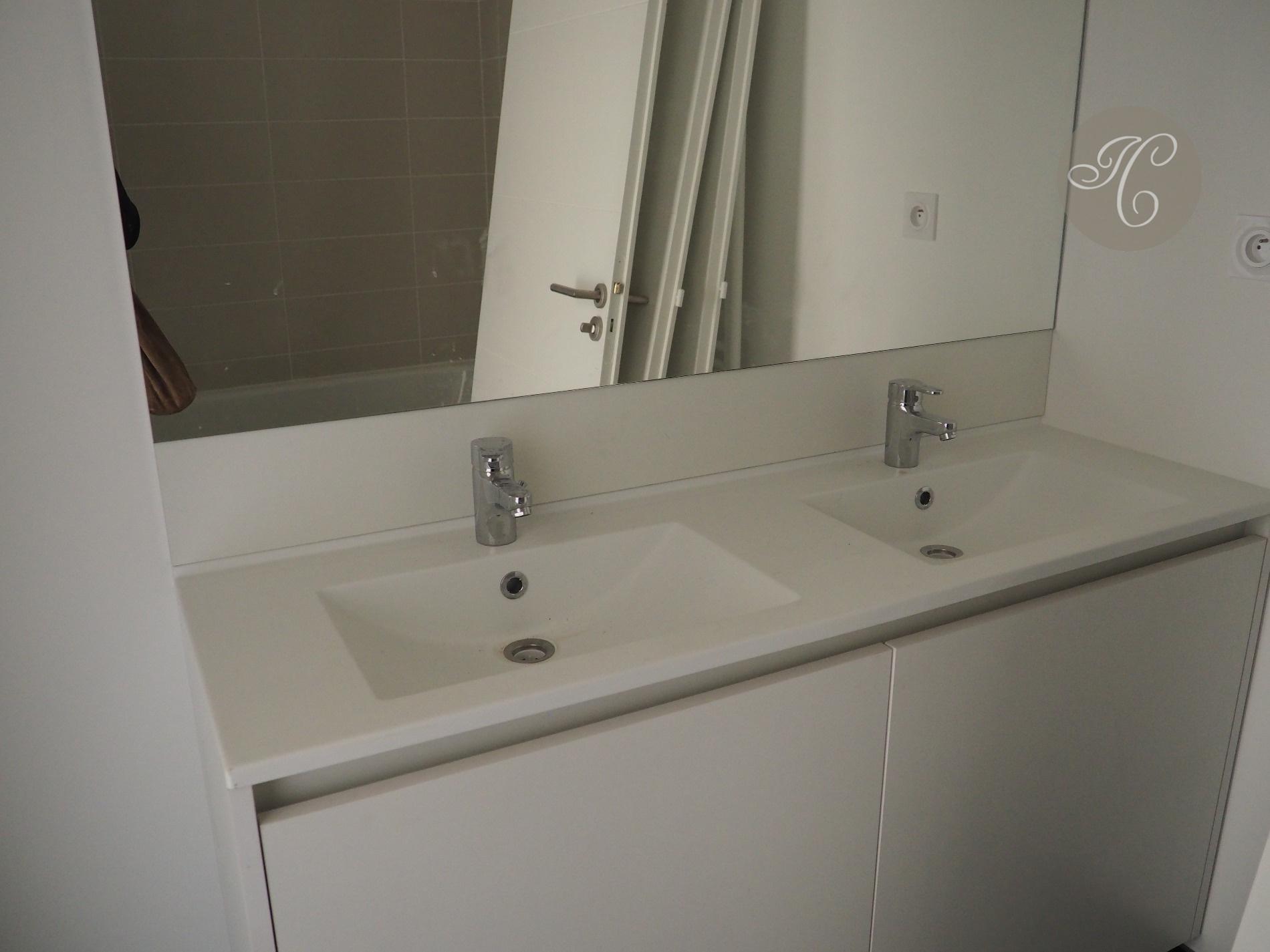 Salle de bains : lavabo double vasque et baignoire