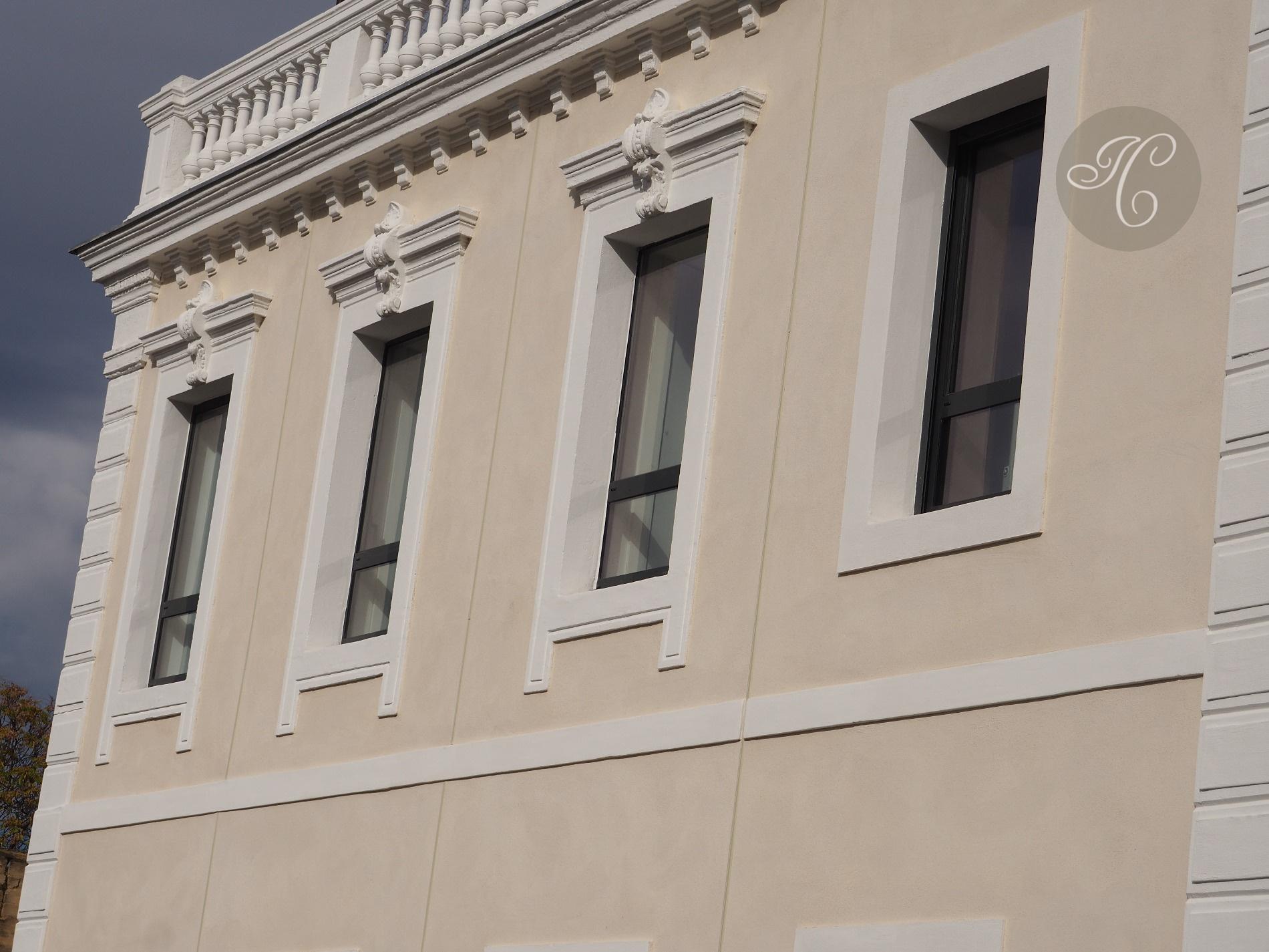 les fenêtres du salon   chambre sur la facade de l'immeuble