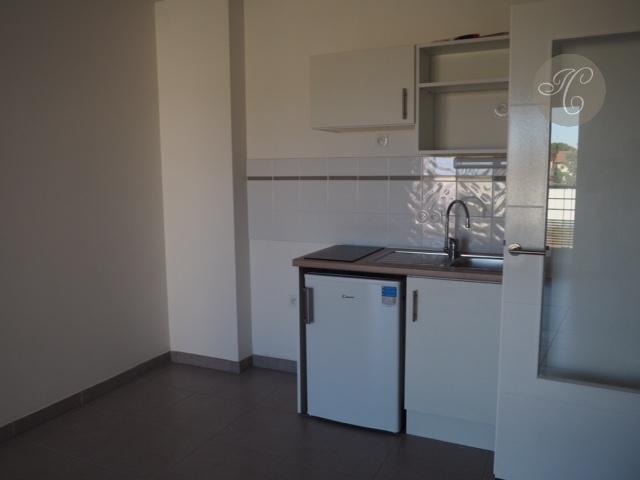 le coin cuisine avec plaques et petit frigo