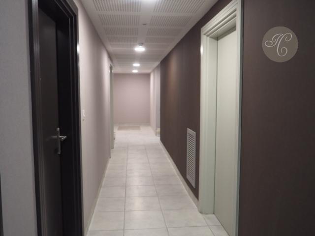 le couloir de l'immeuble desservi par un ascenseur Immobilier Casaus - Avignon